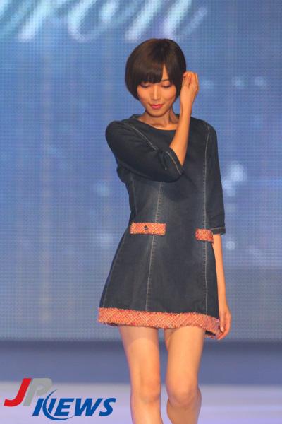 ミニスカート姿の光宗薫さん